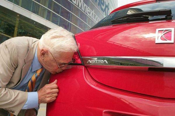 целует машину