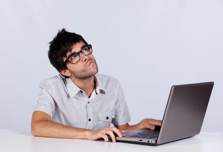 Человек перед ноутбуком.