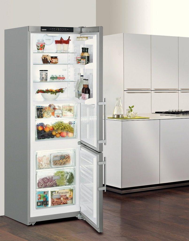 Полуоткрытый холодильник.