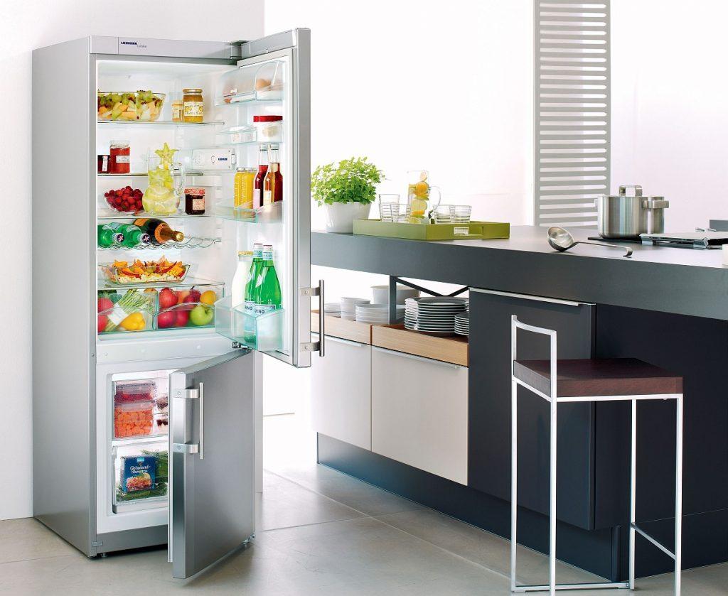 Открытый холодильник.
