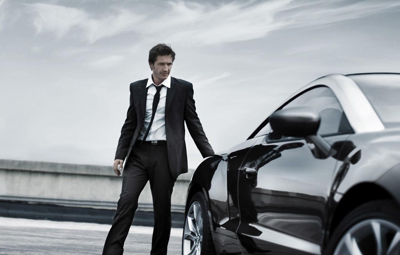 мужчины возле машины