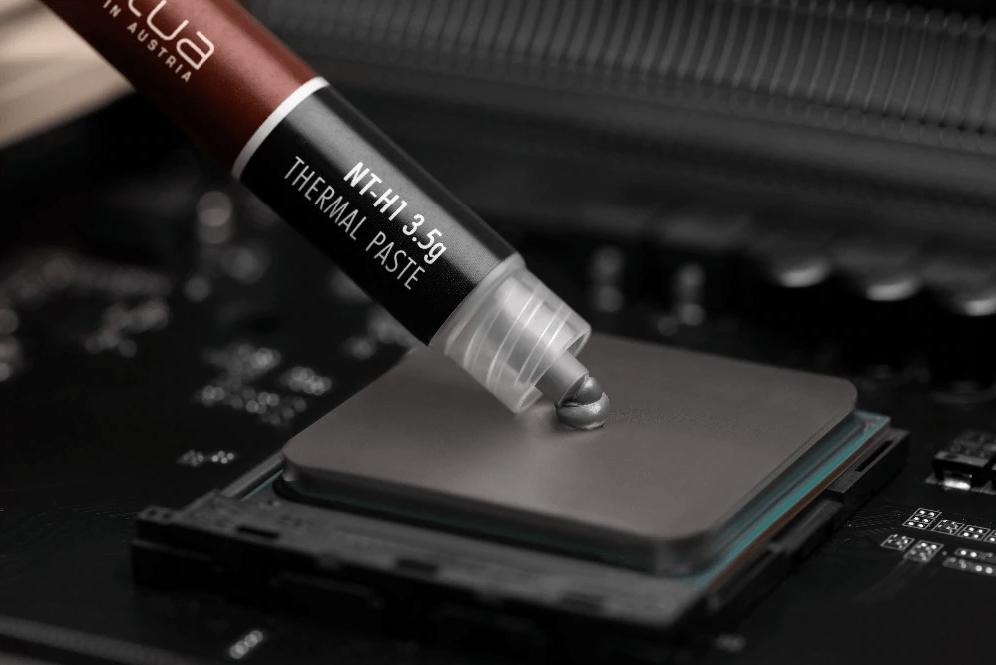 Слой термопасты наносится на микросхему ноутбука