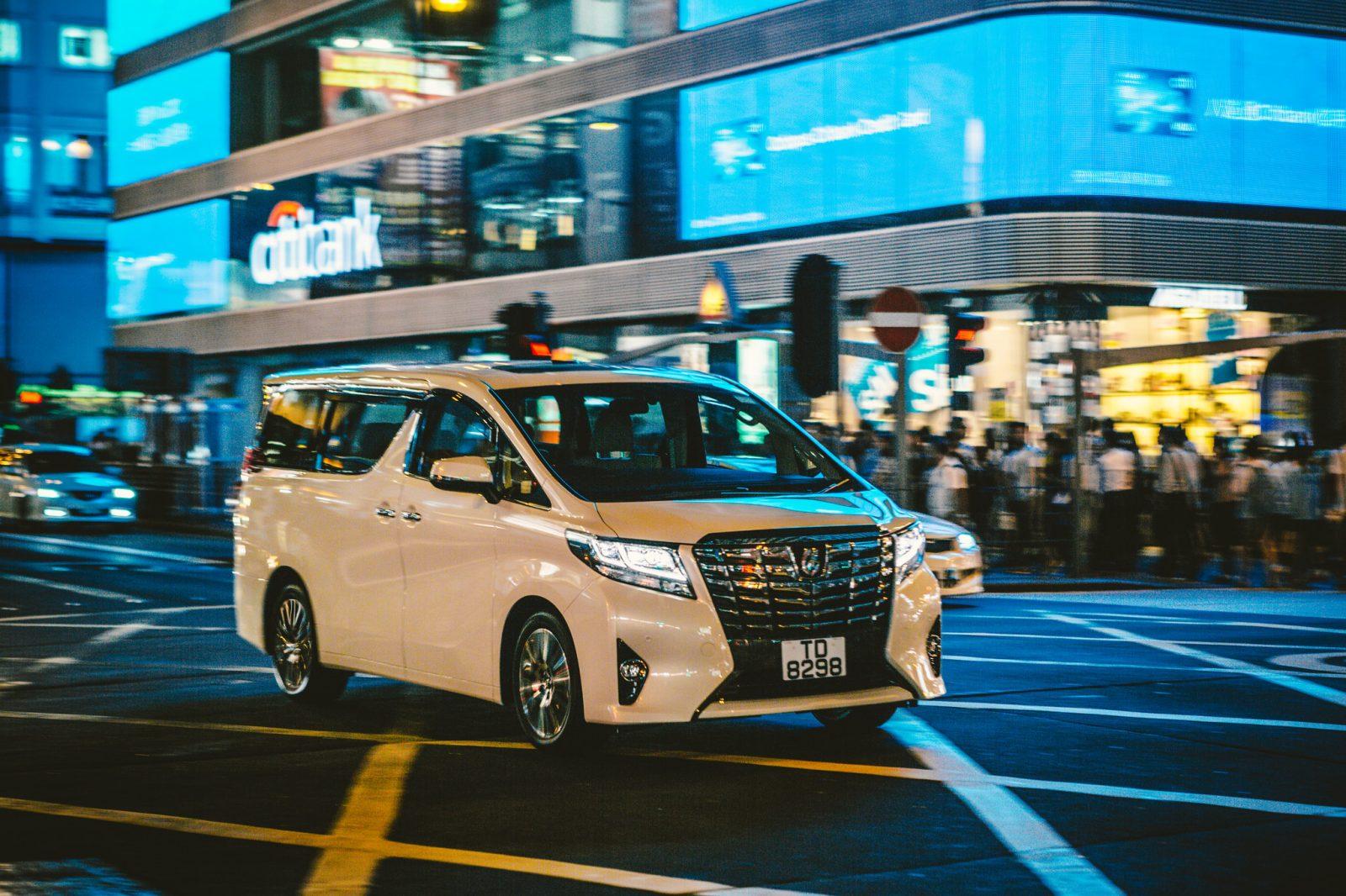 Белая Toyota Alphard
