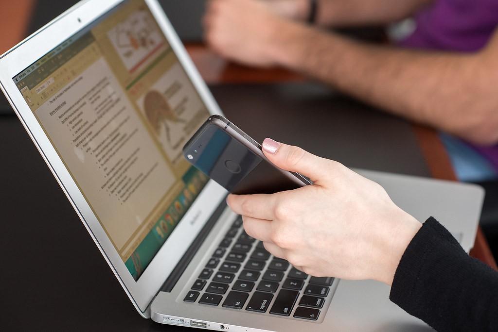 ноутбук смартфон