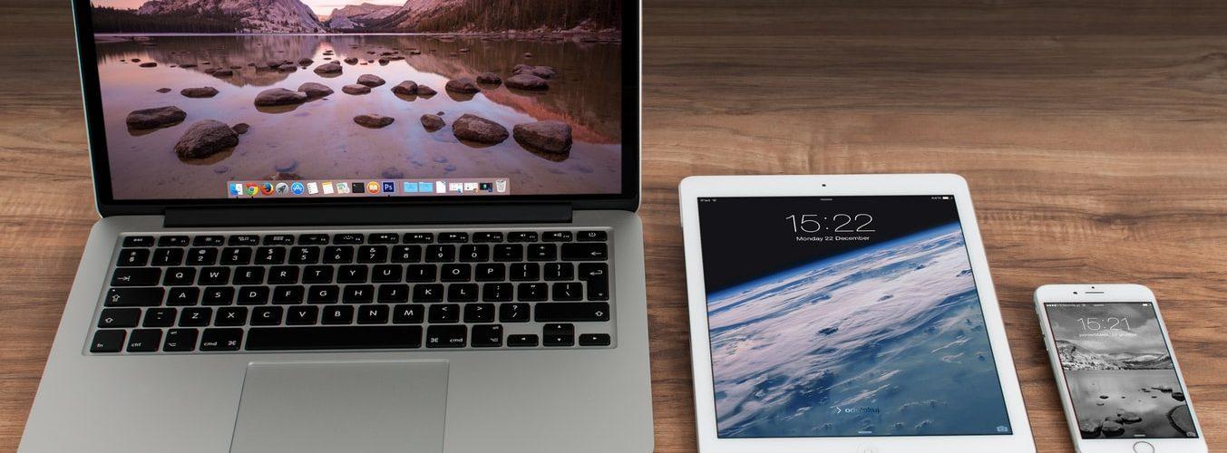 Ноутбук, планшет и смартфон на столе