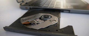 Открытый дисковод.