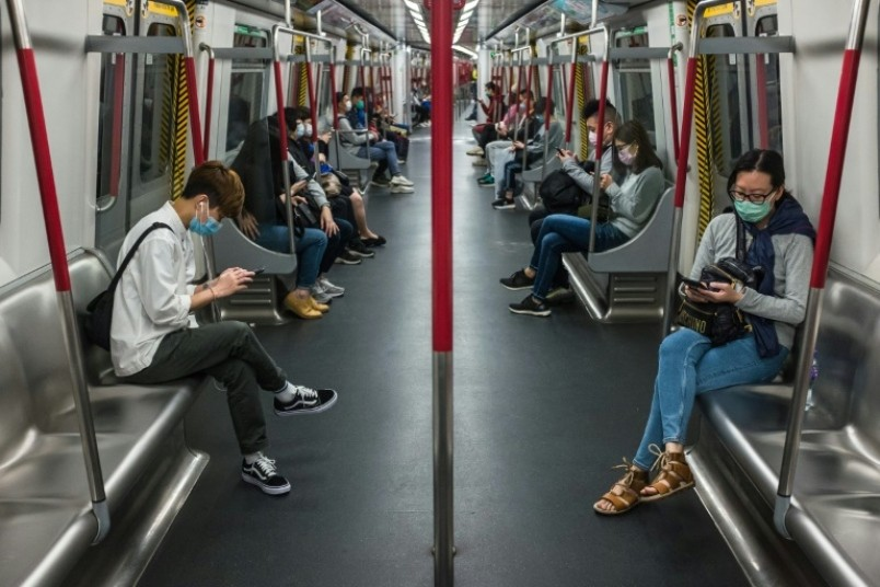 Люди в метро в карантин