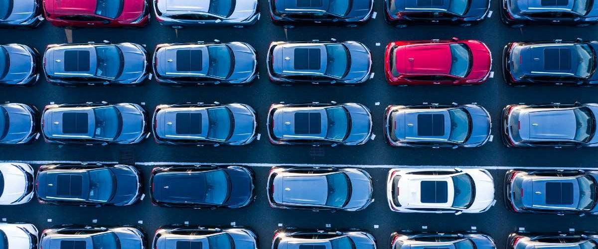 Множество машин на парковке