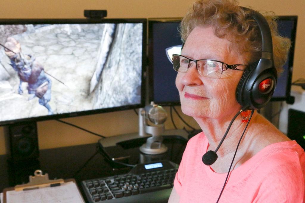 Бабушка играет в игры