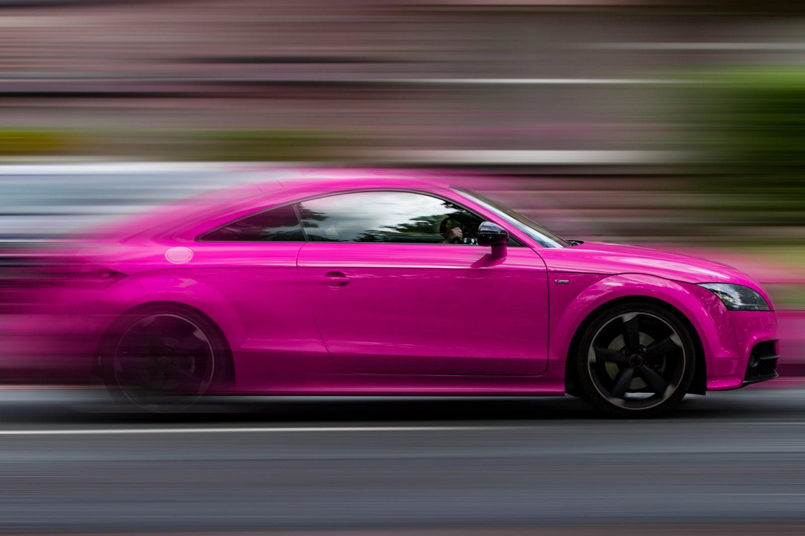 Быстрый розовый автомобиль