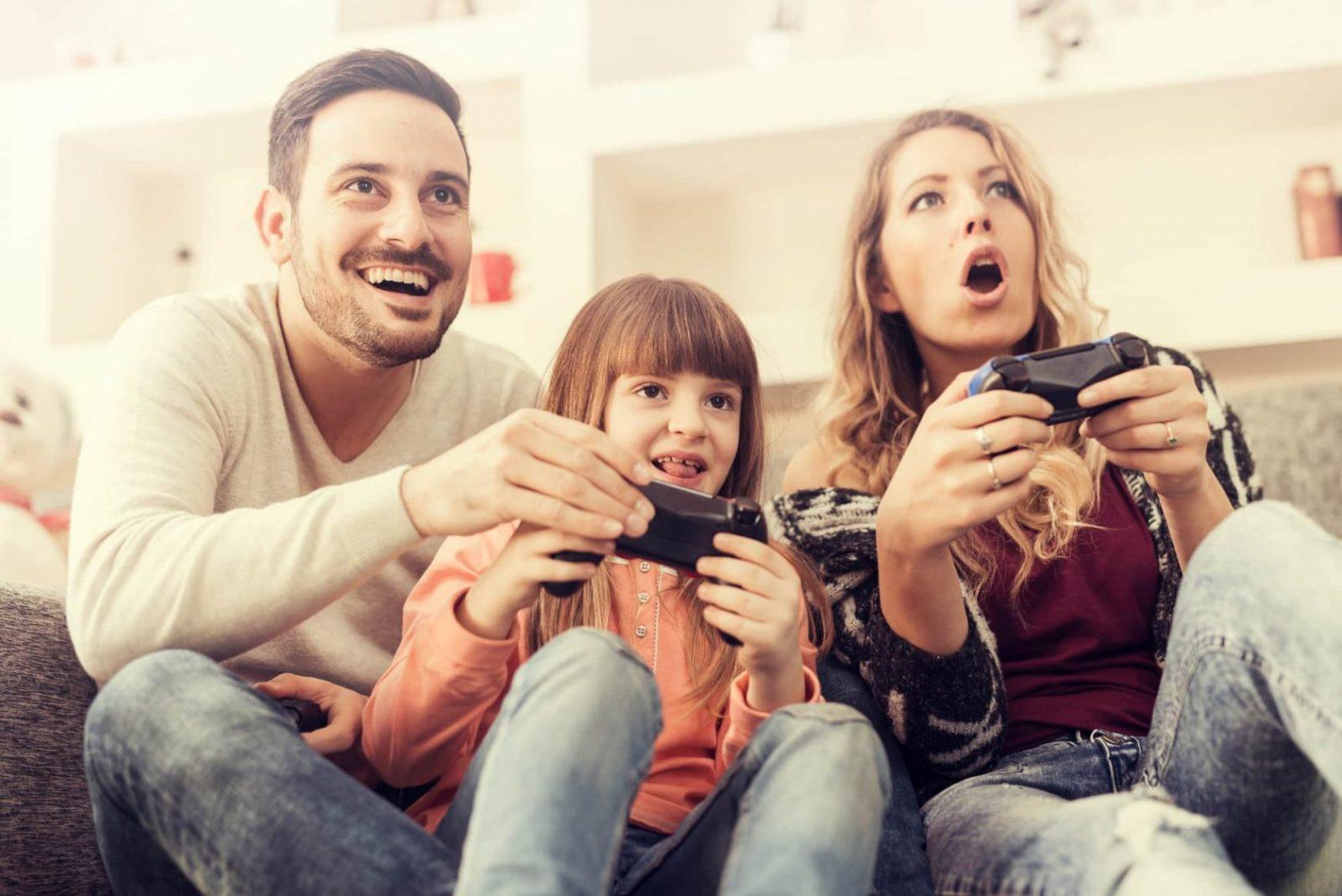 Семья играет в игры