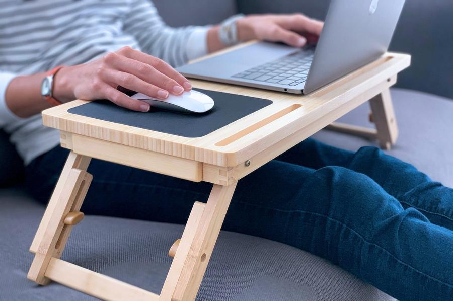 Ноутбук на столике